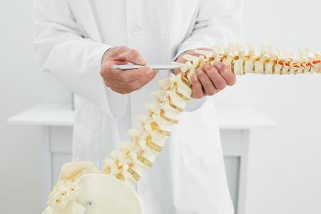 Extreme close-up van een mannelijke arts met skelet model
