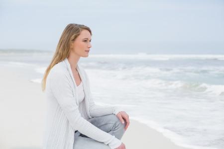 caucasian woman: Pieno vista laterale lunghezza di una giovane donna casual relax in spiaggia