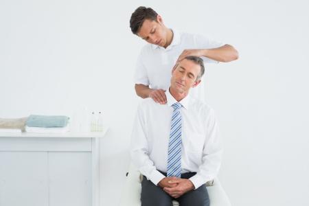 Männlich Chiropraktiker tun Anpassung Hals im Krankenhaus