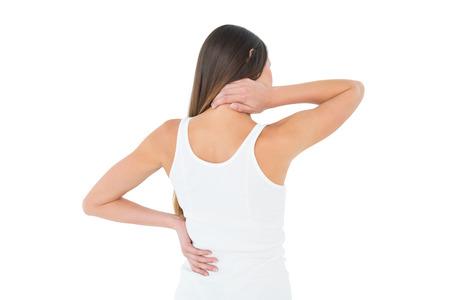 Achtermening van een toevallige jonge vrouw die aan halspijn over witte achtergrond lijden