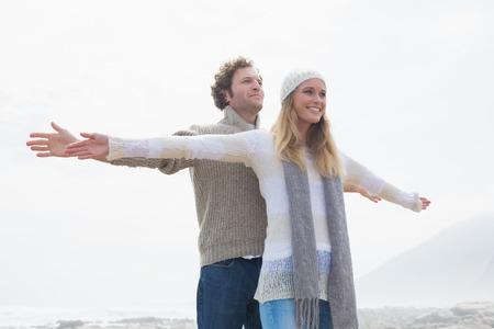 titanic: Bonne jeune femme et homme d�contract� �tirant des mains sur le ciel