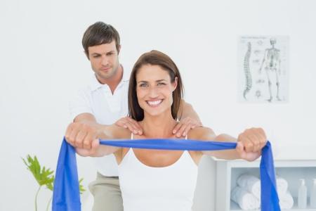 男性セラピストの医療事務演習を持つ若い女性を支援