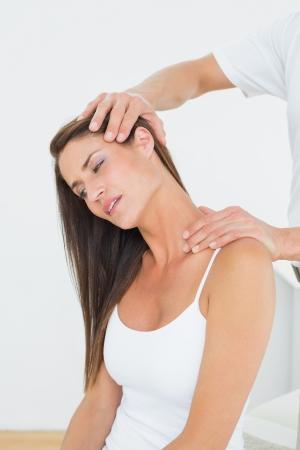 Männlich Chiropraktiker tun Halseinstellung in der Arztpraxis Lizenzfreie Bilder