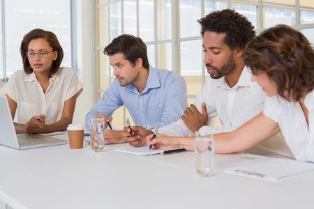 Groep jonge bedrijfsmensen in vergadering op het kantoor