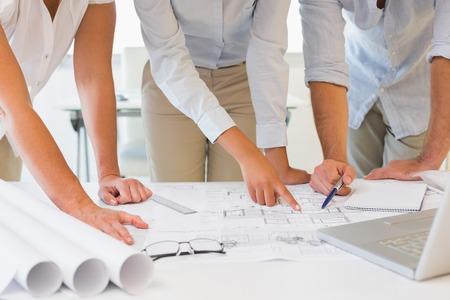 personas trabajando: Mediados de secci�n de j�venes empresarios que trabajan en proyectos concentrados en la oficina