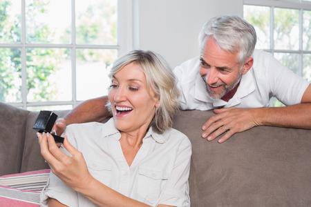 結婚指輪を自宅で女性を意外な笑みを浮かべて男の肖像