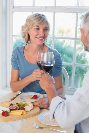 食品の自宅でワイン グラスを乾杯熟女カップルの肖像画