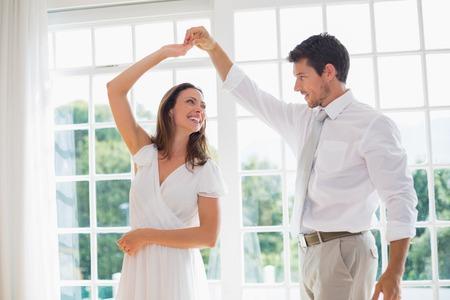 pareja bailando: Amante de la joven pareja de baile en casa