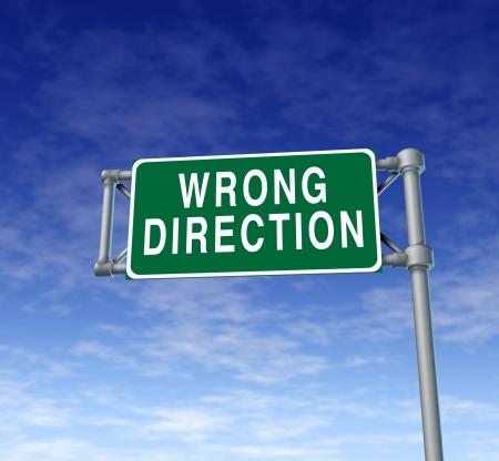 Verkeerde richting groen verkeersbord die nieuwe strategie en de waarschuwing van verdere planning van oude ideeën gevraagd verandering en vernieuwing van oplossingen voor zakelijke en persoonlijke leven.