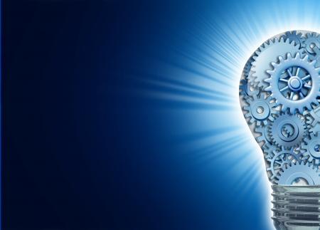 strategy: Innovaci�n con ideas y conceptos con una bombilla con engranajes y ruedas dentadas trabajando juntos como un equipo que representa el trabajo en equipo y la planificaci�n financiera con estrategia sobre fondo negro brillante con irradian luz r�faga.