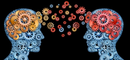 Trabajo en equipo y liderazgo con educación símbolo representado por dos cabezas humanas en forma con engranajes con idea de rojo y oro cerebro hecho de engranajes que representa el concepto de comunicación intelectual mediante el intercambio de tecnología. Foto de archivo