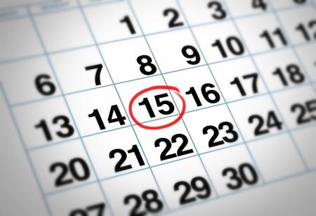 Belangrijke datum omcirkeld op een dagelijkse maandkalender met een rode markering die planning en strategie voor familie en zakelijke evenementen.