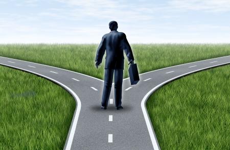 cruce de caminos: Carrera de la decisión de un hombre de negocios en una encrucijada de pie en un horizonte de hierba y cielo azul mostrando un tenedor en la carretera representa el concepto de un dilema estratégico elegir la dirección correcta para ir al frente a dos opciones de trabajo igual o similar. Foto de archivo