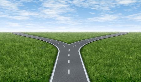 Überqueren Sie Straßen Horizont mit Gras und blauer Himmel zeigt eine Gabel in der Straße oder Autobahn Business Metapher, die das Konzept einer strategischen Dilemma der Auswahl der richtigen Richtung zu gehen, wenn vor zwei gleiche oder ähnliche Optionen. Standard-Bild