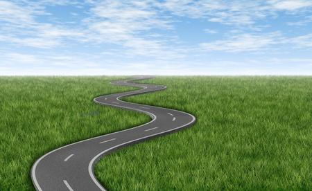 Gebogen kronkelende asfaltweg op een groen gras horizon met een blauwe hemel vertegenwoordigd door een enkele weg op een witte achtergrond die een gerichte strategische reis naar een geplande bestemming en reis. Stockfoto