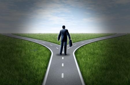 Zakenman op een kruispunt staan aan een horizon met gras en blauwe lucht met een vork in de weg die het concept van een strategische dilemma kiezen van de juiste richting te gaan wanneer ze met twee gelijke of soortgelijke opties.