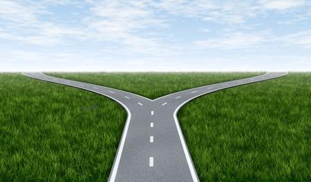 cruce de caminos: Tenedor en el horizonte camino de hierba y cielo azul mostrando un tenedor en la carretera representa el concepto de un dilema estratégico elegir la dirección correcta para ir al frente a dos opciones de igual o similar.
