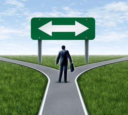Beslissing tijd voor een carrière bij een zakenman op een kruispunt van wegen en verkeersbord met pijlen die een vork in de weg die het concept van een werk dilemma kiezen van de richting te gaan wanneer geconfronteerd met twee gelijke of gelijkwaardige functie opties.
