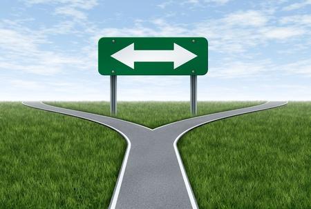 Strategie und Planung die künftige Ausrichtung im Leben oder Geschäft mit der Straße Metapher und Autobahn Schild mit einem gabelförmigen Fahrspur zeigt das Konzept des Dilemmas und der Auswahl der richtigen Option.