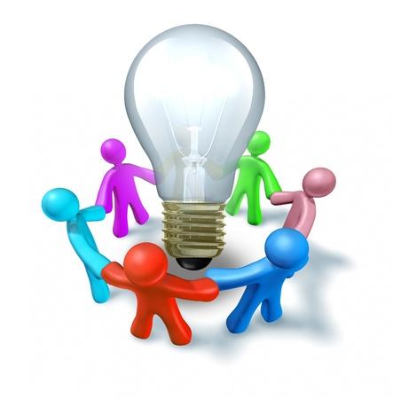 Groupe de discussion brainstorming des idées nouvelles à travailler comme une équipe créative de trouver des concepts innovants et des inventions représentées par des personnes se tenant la main autour d'une ampoule.