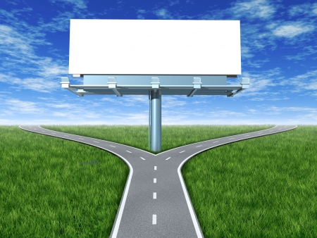 cruce de caminos: Cruzar carreteras con billboard en una pantalla al aire libre con hierba y cielo azul mostrando una bifurcaci�n en el camino que representa el concepto de un dilema estrat�gico elegir la direcci�n correcta para ir al frente a dos opciones promocionales iguales o similares. Foto de archivo
