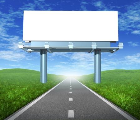 autopista: Blanco la carretera cartelera signo en una pantalla al aire libre que muestra un camino que representa el concepto de las comunicaciones se centraron de publicidad y marketing a clientes y consumidores para promover y vender una marca. Foto de archivo