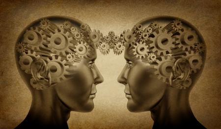 sinergia: Negocio de la sociedad y el símbolo de trabajo en equipo representado por dos cabezas humanas con engranajes conectados entre sí como un símbolo de las derivaciones de la red y las relaciones sobre un fondo grunge pergamino antiguo.