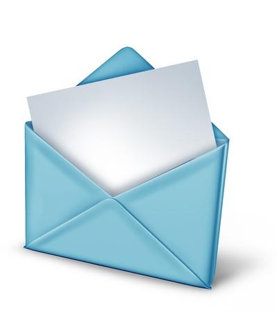 Blank noot in een blauwe envelop op wit wordt geïsoleerd