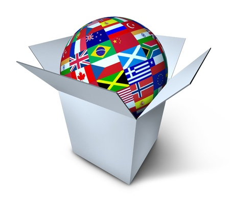 INTERNATIONAL BUSINESS: Símbolo del comercio mundial representado por un globo con banderas del mundo internacional en una caja abierta que muestra la actividad económica mundial en las exportaciones e importaciones.