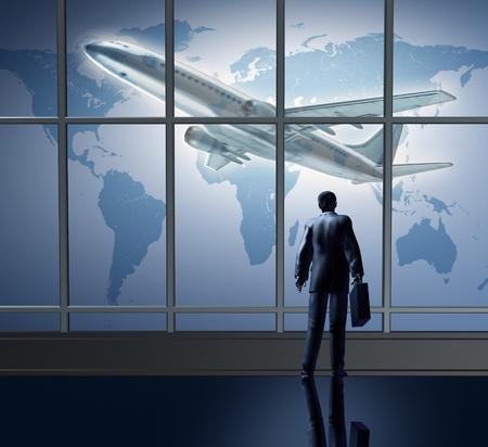gente aeropuerto: Negocio viaje internacional representado por una salida de aeropuerto avión esperando en la sala terminal representada por un empresario de pie con una breifcase de grandes cristaleras mirando un mapa global del mundo.