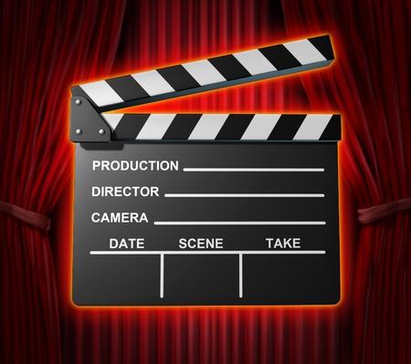 Black clapperboard films symbool vertegenwoordigd door een film leisteen op rood gordijn gordijnen achtergrond.