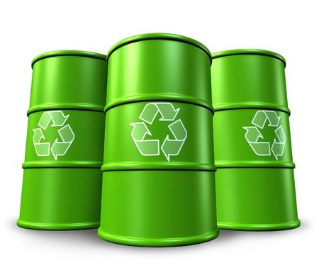 desechos toxicos: Barriles verdes de reciclaje y los tambores en el fondo que representa la gestión de residuos tóxicos y ambientales alternativas de energía limpia. Foto de archivo