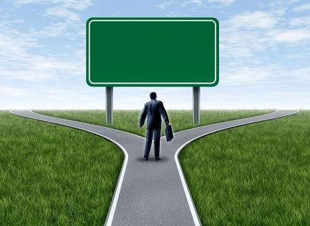 cruce de caminos: Decisiones de negocio con un hombre de negocios en una encrucijada y una señal de tráfico con señalización en blanco verde, que un tenedor en la carretera que representa el concepto de la dirección cuando se enfrentan a dos opciones difíciles iguales o similares.