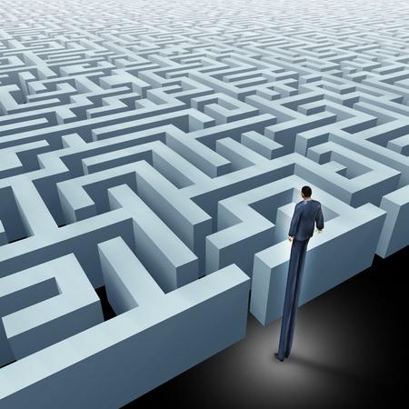 puzzelen: Visie in het bedrijfsleven innovatieve oplossingen het oplossen van complexe uitdagingen vertegenwoordigd door een zakenman met zeer lange benen op zoek boven een doolhof waarin het concept van een labyrint en het starten van een reis met behulp van strategie en planning, zodat je niet verdwaalt.