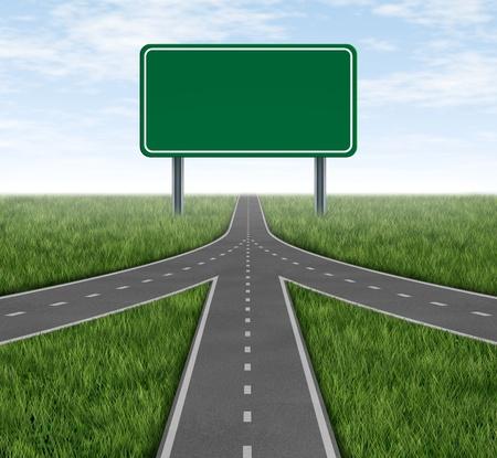 Teamwork en partnerschappen convergerende op dezelfde weg als een aangesloten team met dezelfde strategie en visie voor het succes van een onderneming door samen te werken als een conglomeraat vertegenwoordigd door drie wegen samen in een fusie met een lege snelweg sig
