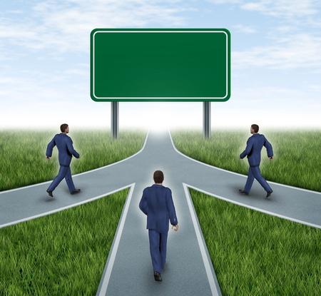 Teamwork met lege verkeersbord fusies en partnerschappen convergerende op dezelfde weg als een team met dezelfde strategie en visie voor het succes van een onderneming door samen te werken vertegenwoordigd door drie wegen samen in een fusie.