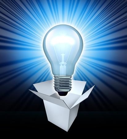 Denken uit de doos symbool met een gloeiende gloeilamp met een geopende witte doos die het concept van het vinden van oplossingen met creatieve leiderschap en creativiteit en innovatie in het bedrijfsleven.