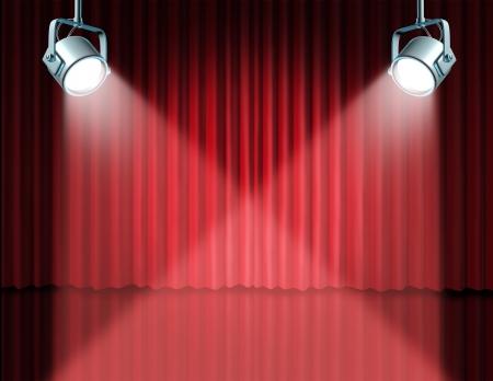 cortinas rojas: En el centro de atención con el concepto de la etapa del teatro con luces brillantes en la cortina de terciopelo rojo de cine y cortinas que representa el concepto de entretenimiento de comunicación de un anuncio importante en un cine rico y el medio ambiente teatral. Foto de archivo