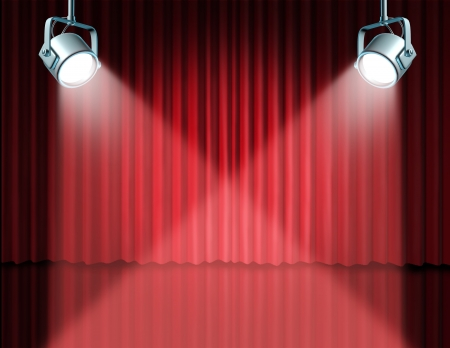 In de kijker met concept voor het theater podium met gloeiende lichten op rood fluwelen gordijn cinema en gordijnen die de entertainment-communicatie concept van een belangrijke aankondiging in een rijke bioscoop en theatrale omgeving.