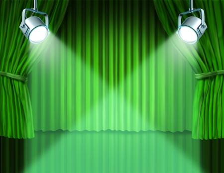 telon de teatro: Teatro escenario con focos en terciopelo verde cortina de cine y cortinas que representa el concepto de entretenimiento de comunicación de un anuncio importante en un cine rico y el medio ambiente del teatro.