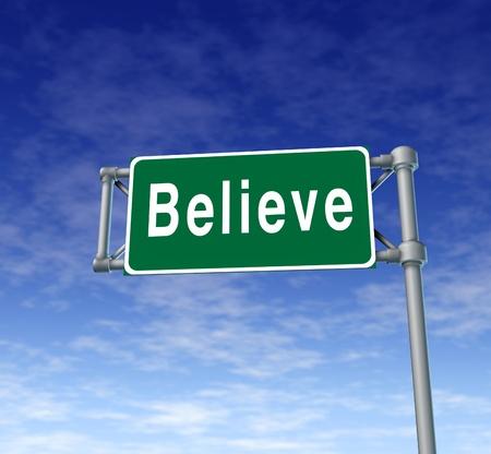 Creemos signo autopista representa la fe y la confianza en un pensamiento de las personas.