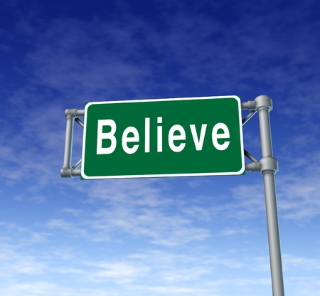 believe: Creemos signo autopista representa la fe y la confianza en un pensamiento de las personas.