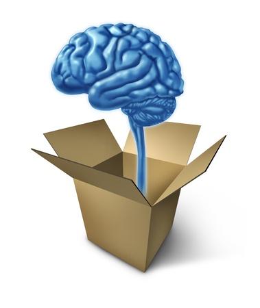 Denken uit de doos symbool met het concept van de nieuwe innovatieve ideeën met een menselijk brein en een geopende kartonnen doos die antwoorden en verschillende oplossingen voor moeilijke problemen strategie.
