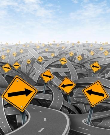 complicación: Soluciones y estrategias con los objetivos estrat�gicos y el viaje de elegir el camino estrat�gico correcto para el negocio con las se�ales de tr�fico de color amarillo con las carreteras y autopistas flechas enredado en una direcci�n confusa.