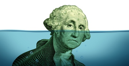desague: Problemas de la deuda y mantener la cabeza fuera del agua financiera representada por un ahogamiento hundimiento George retrato de Washington en el agua azul como símbolo de un asunto urgente y la falta de manejo de dinero y la derrota.