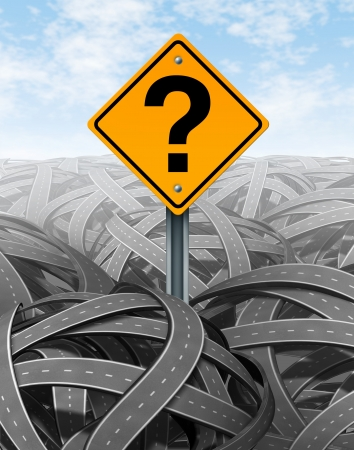 Vraagteken strategie in het gezicht van de moeilijke problemen zoeken naar oplossingen en succes met een duidelijke visie en antwoorden op een nieuw strategisch plan om te navigeren en te beheren het bouwen van een pad brug over een doolhof van verwarde puinhoop van wegen en snelwegen en slagen Stockfoto