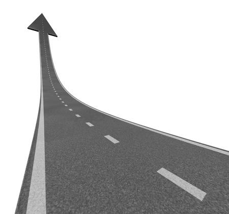 Stijgen naar de top als een weg naar financieel succes en bewegen met een sky is the limit symbool en een snelweg weg stijgt tot aan de lucht met een pijlpunt wijst naar boven als een bedrijf succesvol concept.