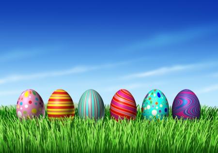 vacanza: Caccia all'uovo di Pasqua con le uova di Pasqua in una fila seduto su erba verde e cielo blu come simbolo della primavera e della festa e una decorazione elemento di design del periodo di rinnovo. Archivio Fotografico