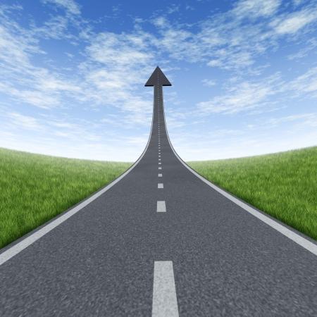 Naar boven directe pad en de weg naar financieel succes weg naar de top en ontroerende hoog met een sky is the limit symbool en een snelweg weg die reiken tot tegen de blauwe hemel met een pijl het hoofd naar boven gericht als een bedrijf succesvol concept.