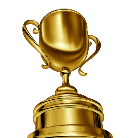 인식: 스포츠에서의 성공을 보여주는 대회 또는 스포츠 이벤트 또는 최고의 비즈니스의 승자와 챔피언 competion 먼저되는 동적 강제 원근 카메라 각도에 황금 트로피 컵 수상. 스톡 사진